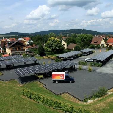 Der Solar-Carports überdachte Mitarbeiterparkplatz mit Ladeplätzen für E-Fahrzeuge