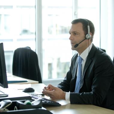 Unsere Mitarbeiter beraten telefonisch, per E-Mail oder an einem unserer Standorte vor Ort.