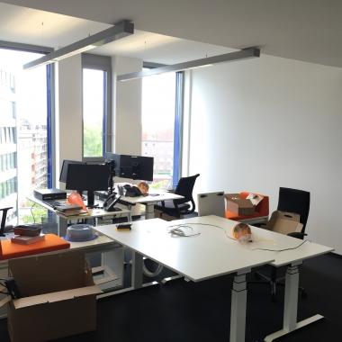 Moderne Büros mit höhenverstellbaren Tischen. Du bist es uns wert.