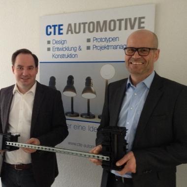 Entwicklungsleiter Michael Schnakenberg und Geschäftsführer Frank Puhlmann-Schmidt mit dem prämierten K-Award Produkt
