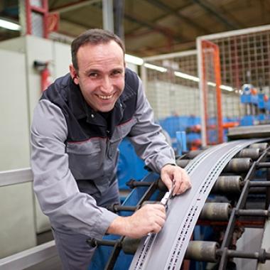 Daniel Popov arbeitet bei Rittal, der größten Tochtergesellschaft des Top Arbeitgebers Friedhelm Loh Group, im Werk Rittershausen