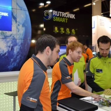 Embedded World: Rutronik- Mitarbeiter beim Testen einer Demo.