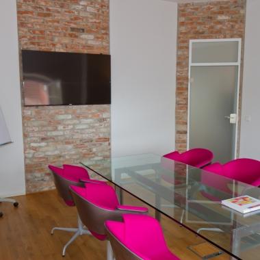 """Jeder unserer Meetingräume vermittelt einen eigenen einzigartigen Flair. Hier zu sehen: Unser Raum """"Marie Curie""""."""