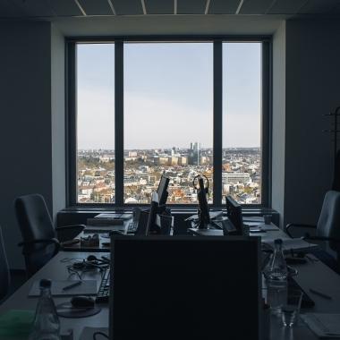 Unser Büro in der 24. Etage des MesseTurms bietet eine grandiose Ausicht auf die Skyline von Frankfurt.