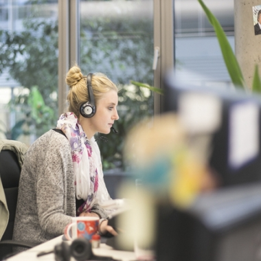 Headsets ermöglichen eine ungestörte Arbeitsatmosphäre