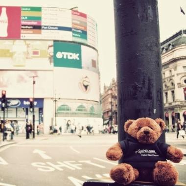 Über den Tellerrand hinaus: Unser Travel Teddy am Piccadilly Circus in London