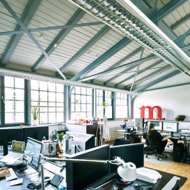 Angenehmes Arbeiten in hellen, freundlichen Büros.