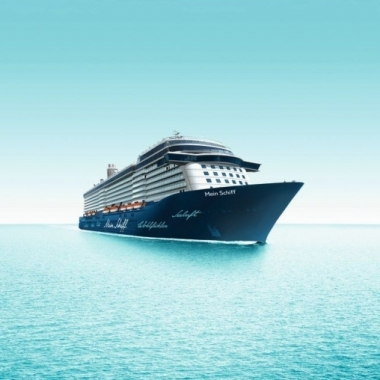 """MEIN SCHIFF - TUI Cruises - Für die Mein Schiff-Flotte suchen wir ein Team, das jeden Tag auf dem Meer zu einem faszinierenden Erlebnis macht und das Prädikat """"Premium"""" als Auszeichnung versteht."""