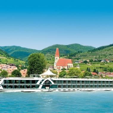 Für die Schiffe renommierter Veranstalter suchen wir Crew-Mitglieder, die viel Teamgeist, Professionalität und Freundlichkeit mit an Bord bringen – Europas Flüsse erwarten Sie!