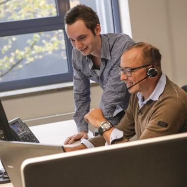 Die Arbeit bei uns ist vielfältig: So sorgen unsere IT-Spezialisten zum Beispiel dafür, dass die für Märkte wichtigen Systeme permanent verfügbar und aktuell sind.