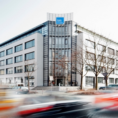 Der Hauptsitz der ias in Karlsruhe.  Neben den Standorten Hamburg, Berlin, Hannover, Frankfurt am Main und München ist der Sitz in Karlsruhe einer der größten der insgesamt rund 130 Standorte bundesweit.