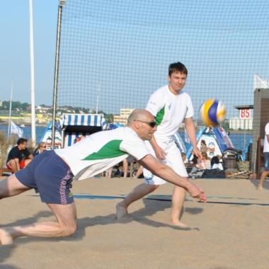Vater beim Beach-Volleyball Firmencup