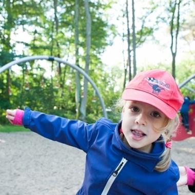 Auf den Spielplätzen im Freien können sich die Kinder unserer Mitarbeiter nach Herzenslust austoben