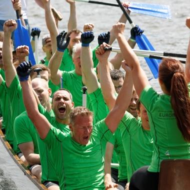 Carsten H. und Martin R. haben Spaß beim alljährlichen Drachenbootrennen