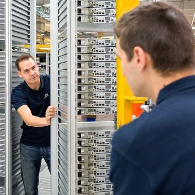 Unsere Mitarbeiter bauen Server im STRATO Rechenzentrum auf