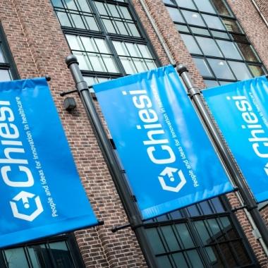 Chiesi Flaggen vor der Firmenzentrale Deutschland in Hamburg-Bahrenfeld.