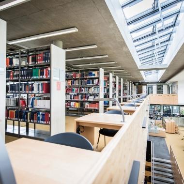 Die gemütliche Bibliothek der FHW.