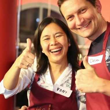 Voni und Carsten bei der Zubereitung des Hauptgangs beim Teamcooking im La Cocina in Hamburg