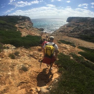 Wanderung zur Besichtigung zweier Höhlen - eine der größten Seehöhlen auf den Balearen und einer nicht weniger großen an Land