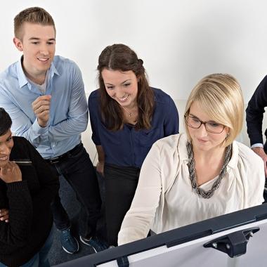 Interessante Einblicke und vielseitige Aufgaben warten in der Ausbildung und im Praktikum bei uns.
