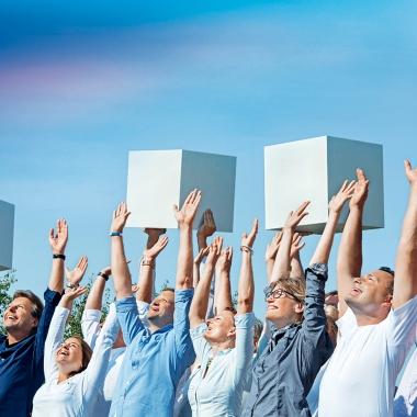 Es stimmt: Begeisterung treibt uns an und dies gleich 163 Mal. Denn so viele Mitarbeiter arbeiten bei uns an einem Ort, damit die Wünsche unserer Kunden in Erfüllung gehen.