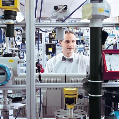 Full Service. Im Industriepark Höchst unterstützt Bilfinger Unternehmen der Prozessindustrie bei der Planung, Errichtung und Wartung ihrer Anlagen. Prüflabore und Regeltechnik gehören dazu.