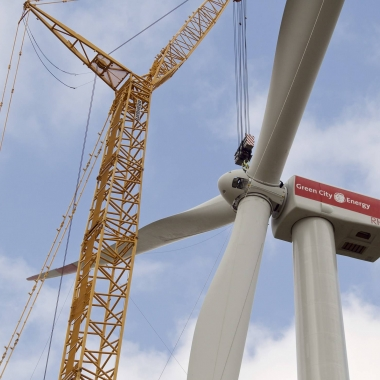 """""""Hochzeit"""" einer Windenergieanlage  (Foto: Green City AG / Mark Mühlhaus)"""