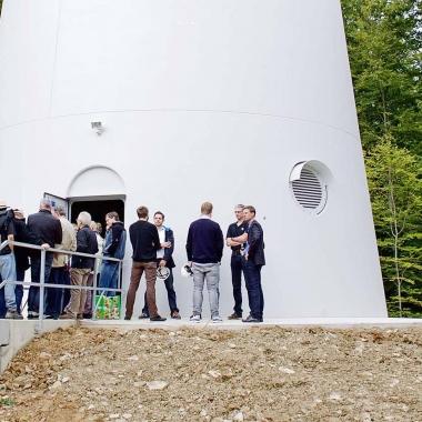 Besichtigung einer Windenergieanlage bei unserer Einweihungsfeier des Windparks Sindersdorf (Foto: Green City AG / Mark Mühlhaus)