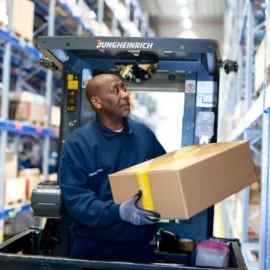 Alles an seinem Platz: Die Waren unserer Kunden werden in einem der zahlreichen Lagerhallen zwischengelagert oder direkt weiterverteilt – wir haben dabei stets alles im Blick und im Griff.