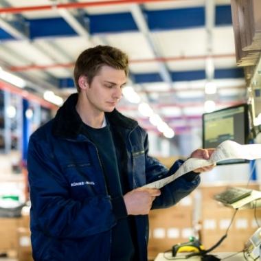 Fachlageristen bei Kühne + Nagel bearbeiten Waren und Güter, kontrollieren Lieferungen und wickeln die Ladungsplanung ab - sie sind wahre Organisationstalente.