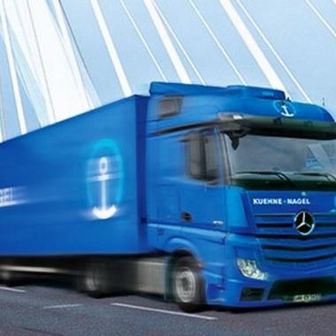 Im Landverkehr arbeitet Kühne + Nagel nicht nur mit vielen Speditionen zusammen. Zahlreiche Berufskraftfahrer und -fahrerinnen steuern die eigene blaue KN-Flotte quer durch Europa.