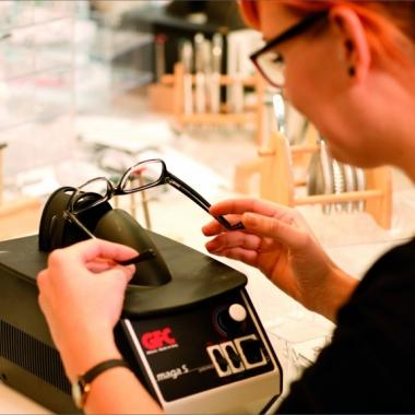 Die Bearbeitung der Brillen erfolgt in unserer hauseigenen Werkstatt.
