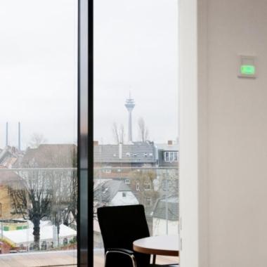 Der Ausblick aus unseren Besprechungsräumen entspricht 12 Jahren Erfolg am Standort Düsseldorf.