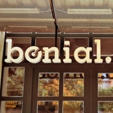 +++ Zentral und Entspannt zugleich +++ Im Berliner Friedrichshain sitzen wir umgeben von fantastischen Restaurants, Szene-Bars und Clubs gediegen im zweiten Hinterhof.