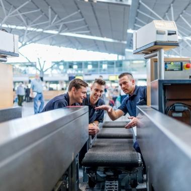 Stillstand kommt an einem Flughafen nicht oft vor. Unsere Mechatroniker/innen kümmern darum, dass alle Anlagen wie Aufzüge, Rolltreppen und Förderbänder in einem einwandfreien Zustand sind.