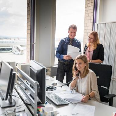Das Flughafen-Management beherbergt zahlreiche Verwaltungs- und Zentralfunktionen, die die organisatorischen Fäden im Hintergrund ziehen.