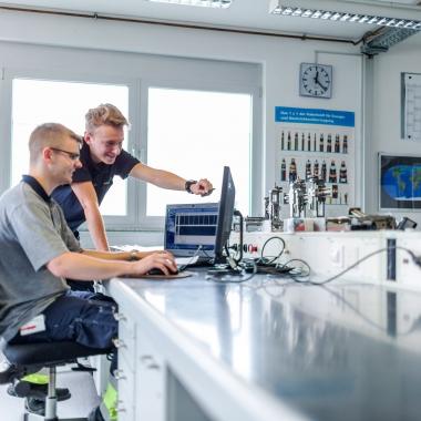 """Ohne zahlreiche Rechner, Netzwerke und Anwendungen läuft an einem modernen Airport heutzutage fast nichts mehr. Unsere Informatik-Spezialisten kümmern sich um das """"Nervensystem"""" eines Flughafens."""