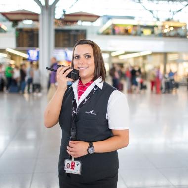 Die Männer und Frauen in der Fluggastabfertigung sind für die Betreuung der Reisenden im Terminal und für das Boarding zuständig.