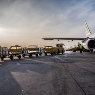 Im Bodenverkehrsdienst sorgen die Kollegen für einen reibungslosen Transport von Passagieren und Gepäck zwischen Vorfeld und Terminal. Hierzu gehören beispielsweise der Busverkehr sowie die ...
