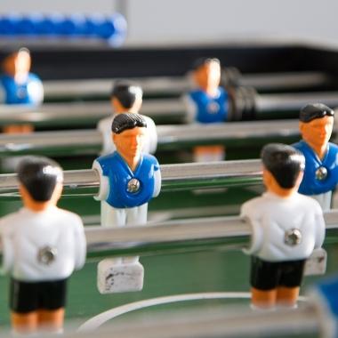 Blau-weiße Fußballer, eine Seltenheit in Dortmund. ;-) An der Playstation nebenan darf es dann auch schon mal ?FIFA 16? sein.