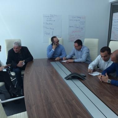 Besprechungen, interne Trainings, viel Kommunikation - der große Meetingraum bietet ausreichend Platz