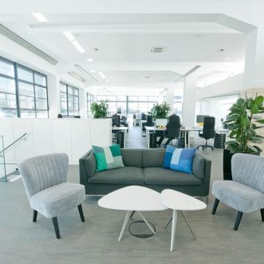 Helle Räume und große Fenster im Krefeld Office