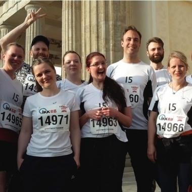 DBS-Läufer vor dem Brandenburger Tor beim Berliner Firmenlauf 2016.