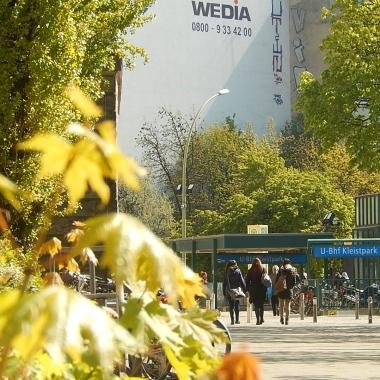 U-Bahnhof Kleistpark. Von hier aus sind es nur wenige Meter zu den DBS-Büros im Gewerbehof an der Hauptstraße 8.