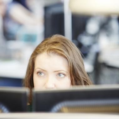 ...oder am PC: bei Gruner gibt es viele Freiräume und flexible Lösungen für deine Arbeitsbedingungen