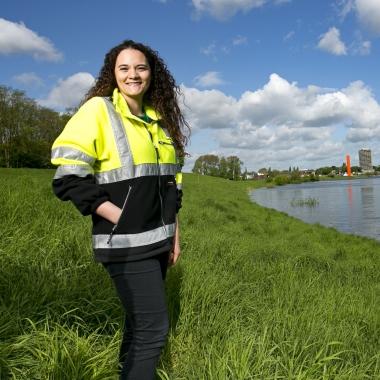 Jana J. hat sich schon als Kind für Wasser begeistert. Heute kalkuliert und plant Sie als Bauingenieurin Hochwasserschutzmaßnahmen.