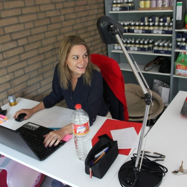 Alex im Büro bei Tierschutz-Shop