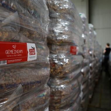 Unser Lager mit Paletten voller Futterspenden für Tiere in Not