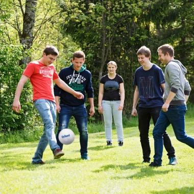 Auch während der Freizeit spielt der Zusammenhalt bei uns eine große Rolle bei z.B. gemeinsamen sportlichen Aktivitäten wie Fußball spielen, Klettern, Volleyball spielen etc.