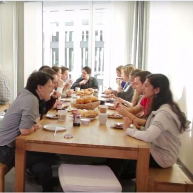 Beim wöchentlichen gemeinsamen Frühstück tauschen wir uns aus